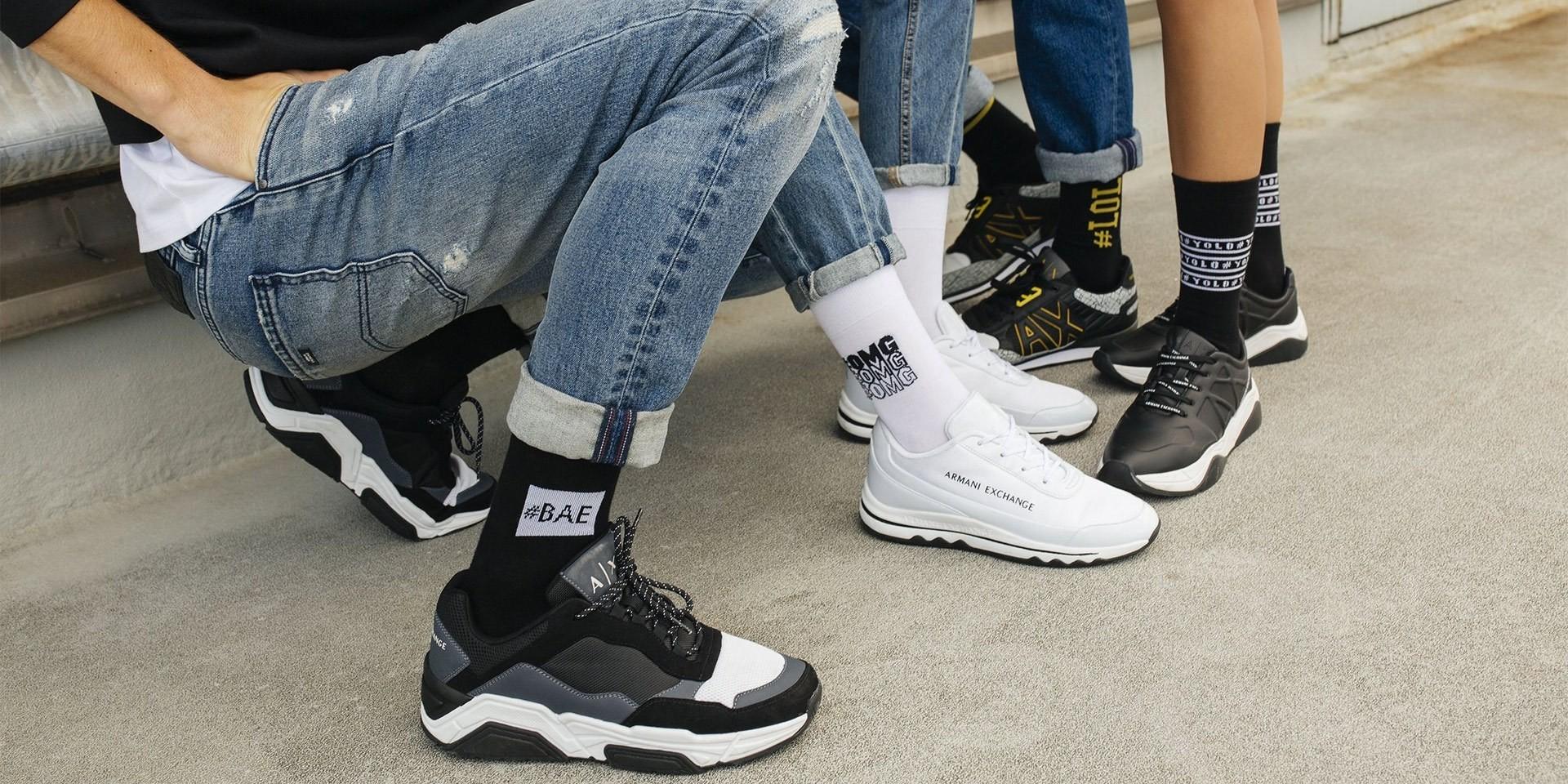 Jak modnie nosić sneakersy?